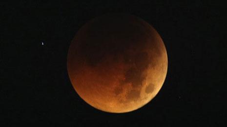 Esta fotografía del 16 de junio del 2011 muestra a la Luna en tono anaranjado