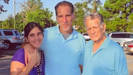 René con su padre y su hija poco después de salir de prisión. Archivo.