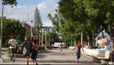 Parque Calixto García, en el casco histórico de la ciudad de Holguín. Al fondo, una sección de la escalinata de la Loma de la Cruz. Foto: Amauris Betancourt (Archivo).