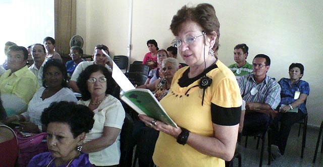 Mariflor Gandol interviene en la Asamblea Provincial V Congreso de la APC. Foto: Luis Ernesto/Visión desde Cuba.