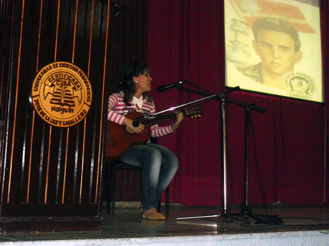 """Abanderamiento del Destacamento Pedagógico """"Manuel Ascunce Domenech"""" en la Universidad de Ciencias Pedagógicas de Holguín. 26 de noviembre de 2013. Foto: Luis Ernesto Ruiz Martínez/Visión desde Cuba."""