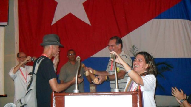 Reynaldo Cruz (izquierda) y René González (centro) en el momento de la entrega. (Foto: cortesía de Don Foreman, tomada del blog Universo Béisbol)