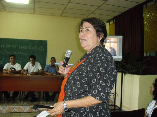 Divina Miranda interviene en el encuentro entre generaciones de dirigentes estudiantiles en la Universidad de Ciencias Pedagógicas de Holguín. 27 de noviembre de 2013. Foto: Luis Ernesto Ruiz Martínez/Visión desde Cuba.