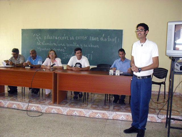 Nelson Ricardo (de pie), actual Presidente de la FEU de la Universidad, interviene en el encuentro entre generaciones de dirigentes estudiantiles en la Universidad de Ciencias Pedagógicas de Holguín. 27 de noviembre de 2013. Foto: Luis Ernesto Ruiz Martínez/Visión desde Cuba.