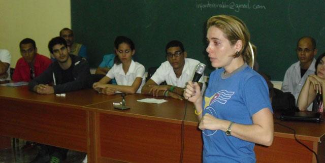 Irmita González en el intercambio de delegados del IX Coloquio con estudiantes y trabajadores del Pedagógico de Holguín. Foto: Luis Ernesto/Visión desde Cuba.
