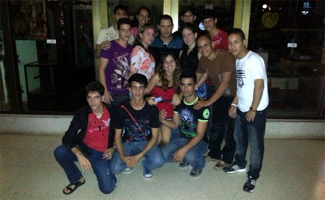 Israel Rojas con Félix Manuel y sus estudiantes del Pedagógico holguinero. Foto: Gabriel Dávalos/Buena Fe.