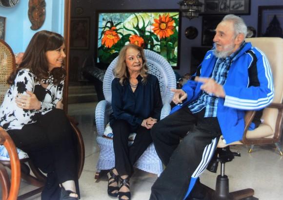 En la imagen, la mandataria Cristina Fernández conversa en La Habana con el líder de la Revolución cubana Fidel Castro. En el centro, Dalia Soto, la esposa de Fidel. Foto divulgada por @CFKArgentina, la cuenta en Twitter de la Presidenta.