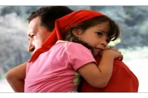 Hugo con la pequeña en brazos