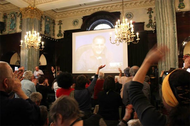 René González ofrece su testimonio a través de Skype. Foto: Cubanos enUK