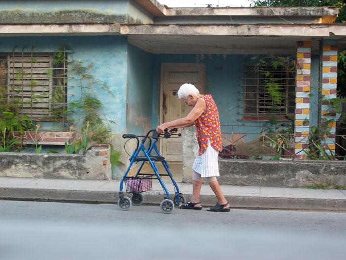 A veces cuesta trabajo el andar. Foto: Luis Ernesto/Visión desde Cuba.