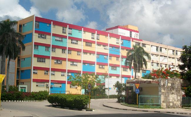 Foto: entrada principal del Hospital Lenin de Holguín. Puede apreciarse el cambio en la pintura de la fachada exterior que complementa el trabajo inversionista que se realiza en sus instalaciones