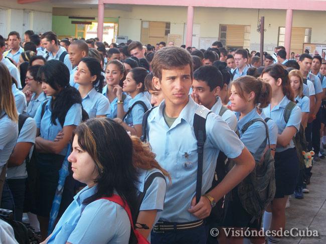"""Estudiantes del Pre """"Enrique José Varona"""" de la ciudad de Holguín. Foto: Luis Ernesto/Visión desde Cuba."""