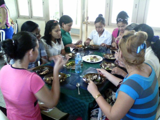 """Estudiantes de mi Universidad culminan el Curso """"Cocina Cubana"""". Foto: Luis Ernesto/Visión desde Cuba."""