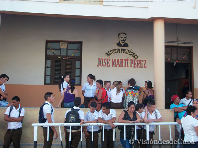 """Desde bien temprano estudiantes, profesores y padres esperaban el inicio del curso en el Politécnico """"José Martí"""" de Holguín. Foto: Luis Ernesto/Visión desde Cuba."""