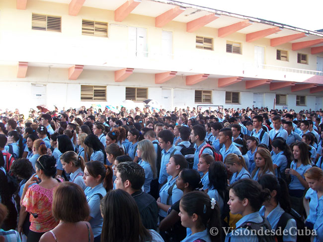 """El acto de inicio del curso escolar en el Pre """"Enrique José Varona"""" de la ciudad de Holguín contó con la presencia de estudiantes, profesores y padres. Foto: Luis Ernesto/Visión desde Cuba."""