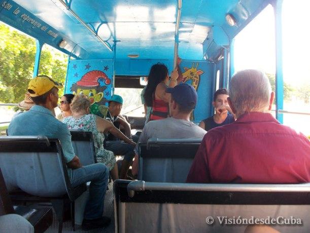 Así luce este ómnibus con decoración dirigida a los niños y que recorre las calles de Holguín. Foto: Luis Ernesto/Visión desde Cuba.