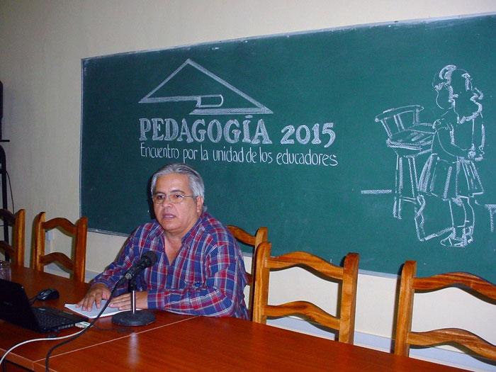 Israel Mayo Parra, Doctor en Ciencias Pedagógicas y Delegado del CITMA en Holguín, impartió la Conferencia Inaugural del evento de base de Pesdagogía 2015.