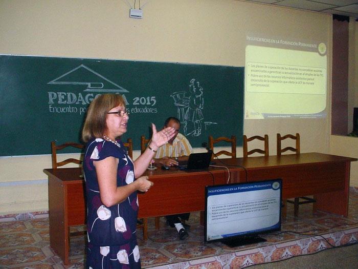 Graciela Góngora Suárez, Doctora en Ciencias Pedagógicas y Rectora de la Universidad Pedagógica de Holguín, interviene en el evento de base de Pedagogía 2015.