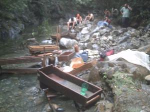 personas en río calentura