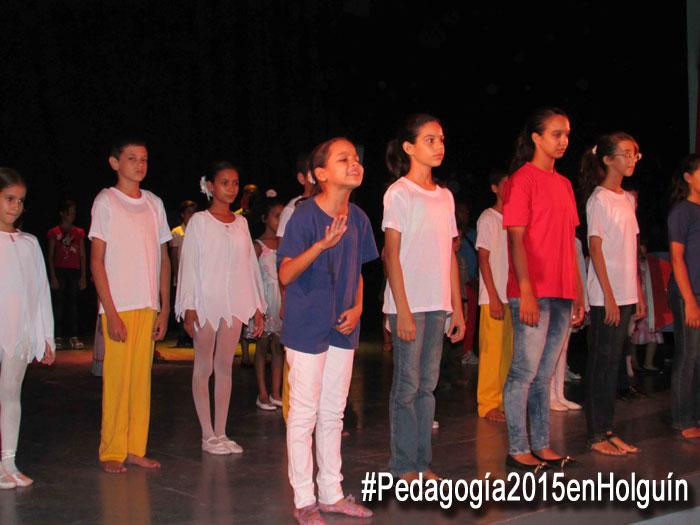 """Los niños, adolestentes y jóvenes de la Compañía holguinera """"Ronda de los sueños"""" protagonizaron la apertura de Pedagogía 2015. Foto: Francisco Rojas."""