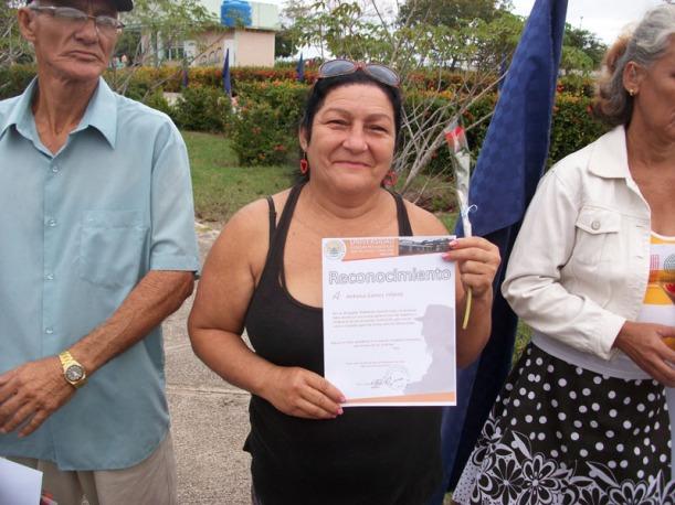 Esta es Toñita mostrando su Reconocimiento como trabajadora no docente de la Universidad de Ciencias Pedagógicas de Holguín. Foto: Luis Ernesto/Visión desde Cuba.