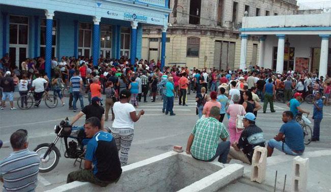 Alta presencia de interesados en contratar las líneas promocionales para celulares. Tele Punto de ETECSA. Foto: Francisco Rojas.