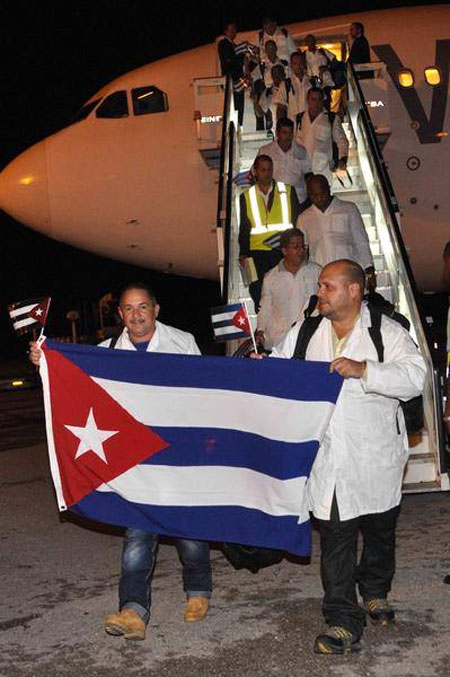 Médicos cubanos a su llegada al Aeropuerto Internacional Juan Gualberto Gómez. Foto: Marcelino Vázquez.