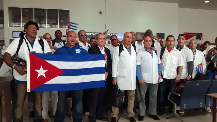 Regresan médicos cubanos tras combate contra el ébola