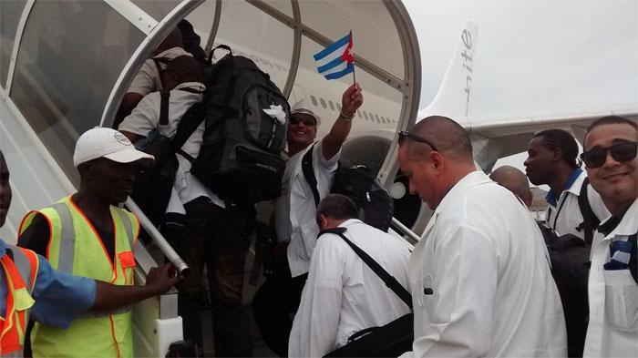 Regresan médicos cubanos tras combatir el ébola