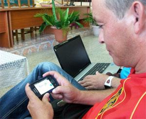 Profesor holguinero conectado a la WIFI de su universidad. Foto: Luis Ernesto