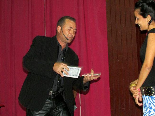 El mago Ayala realiza su prsentación en el teatro de la Universidad. Foto: Francisco Rojas.