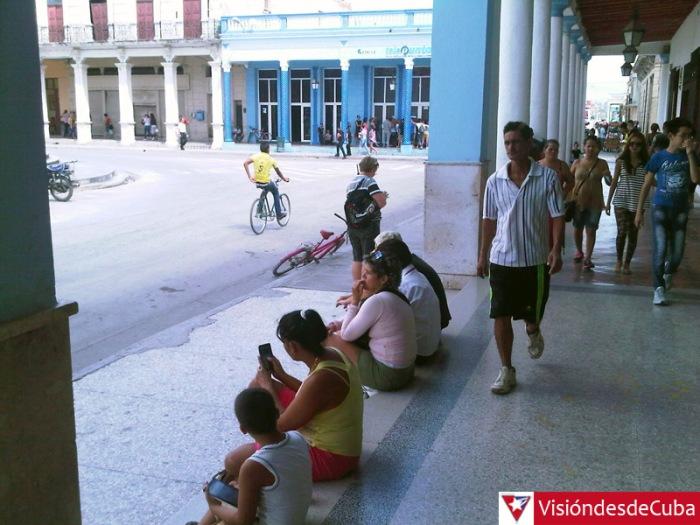Usuarios de NAUTA conectados a la WIFI de ETECSA en la ciudad de Holguín. Foto: Luis Ernesto.