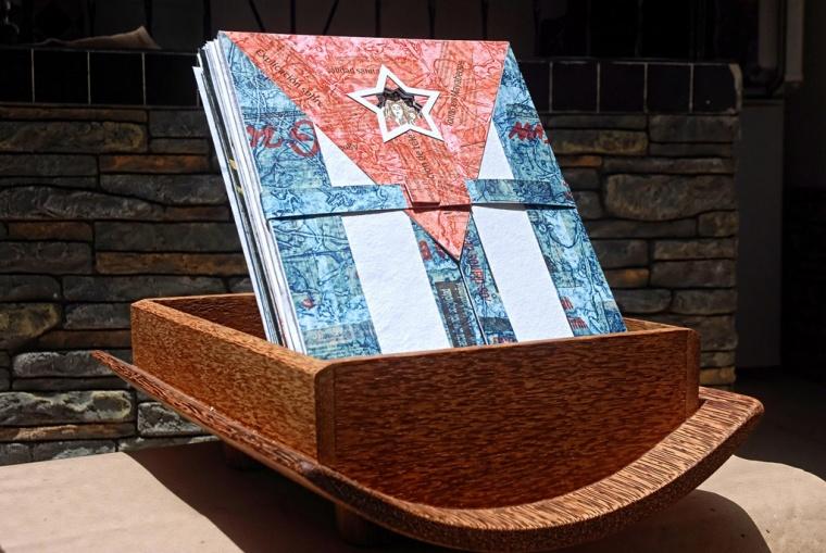 Cofre tallado con la bandera cubana, diseñado por el escultor Luis Silva, confeccionado en tabla rústica de  palma real, cortada en Barajagua, Monumento Nacional, primer sitio de culto a la imagen mariana luego de su hallazgo en la Bahía de Nipe, en el año de 1612, que sirve de cubierta al ibro arte Devoción, compendio de obras inspiradas en la Virgen de la Caridad del Cobre, compilado por la casa editorial Cuadernos Papiro, obsequiado en nombre de Holguín al Papa Francisco, durante su visita pastoral a esta ciudad en el oriente de Cuba, el 21 de septiembre de 2015. AIN FOTO/Juan Pablo CARRERAS