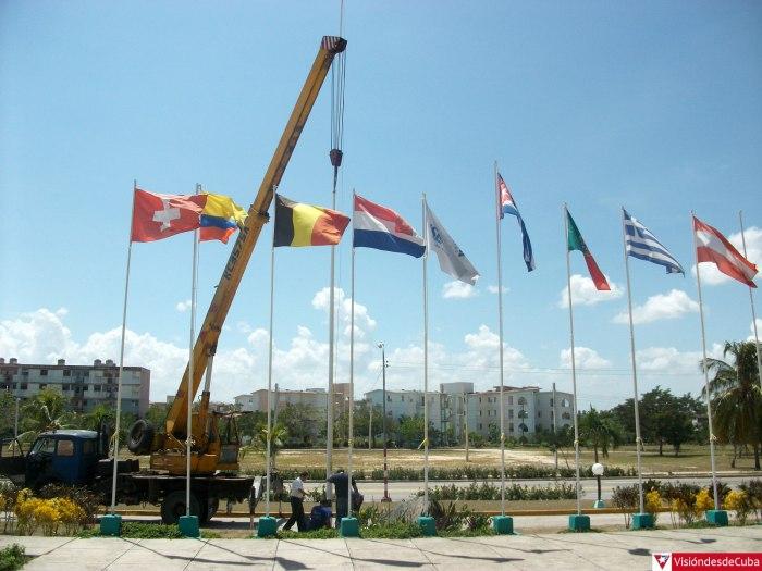 Trabajadores del Hotel Pernik preparan condiciones para ubicar la bandera cubana en su posición. Foto: Luis Ernesto.