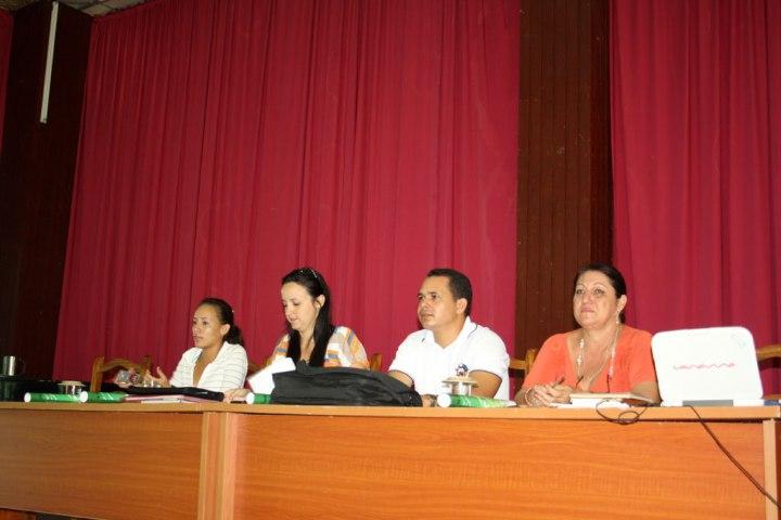 La presidenta de la FEU Jennifer Bello Martínez (segunda de izquierda a derecha), acompañada por dirigentes de la FEU, la UJC y la Universidad de Holguín. Foto: Yensy Torres.