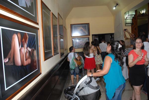 """Inauguración de la exposición fotográfica """"Alumbrarte"""", de la fotorreportera Heidi Calderón, que aborda el tema de la mujer durante el embarazo, abierta al público en el lobby del Teatro Eddy Suñol, como parte de las primeras actividades de la  XXI Edición de la Fiesta de la Cultura Iberoamericana, en la ciudad de Holguín, Cuba, el 24 de octubre de 2015.    AIN  FOTO/ Juan Pablo CARRERAS"""