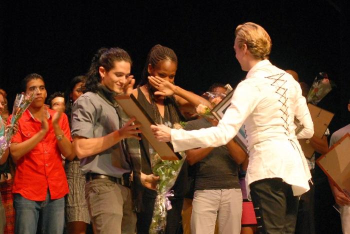 El bailarín ucraniano Vladimir Malakhov (D) entrega el Grand Prix de Danza a los bailarines Yamilka Delsalles y Rafael Doimeadios, de la compañía Codanza, de la provincia de Holguín, durante la clausura del II Concurso de Danza del Atlántico Norte, en el Teatro Eddy Suñol, de la ciudad de Holguín, Cuba, el 3 de octubre de 2015. AIN FOTO/Juan Pablo CARRERAS