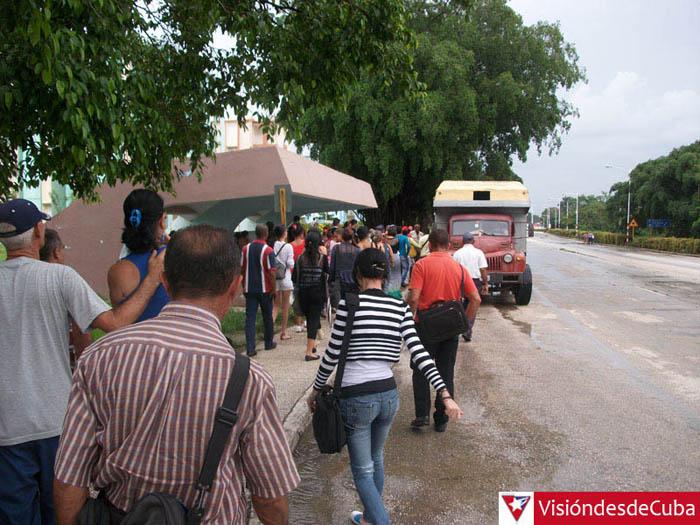 Los camiones que contribuyen a la transportación de pasajeros en Holguín subieron su precio hace varios meses y al parecer se quedaron así a pesar de las protestas de la población. VDC FOTO/Luis Ernesto Ruiz Martínez.