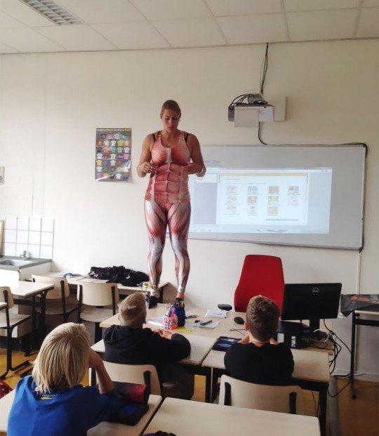 Profesora holandesa se quita la ropa para dar clases de anatomía ...