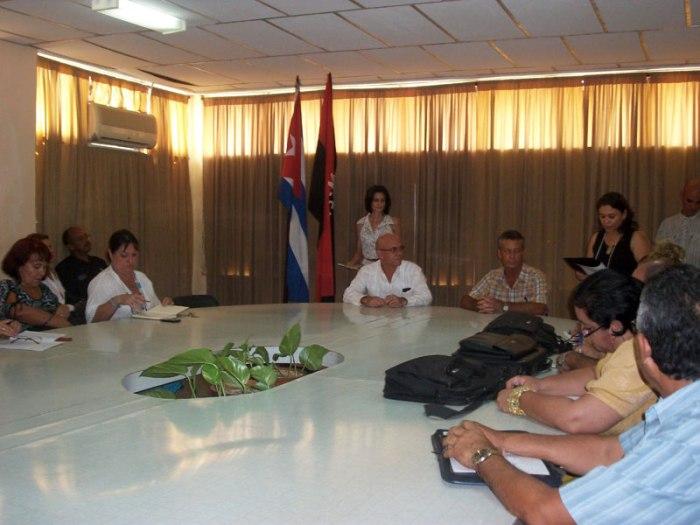Autoridades de la Universidad de Holguín y de la Dirección Provincial de Educación en Holguín, estrecharon sus vínculos con la firma de un convenio de trabajo. Foto: Yudith Rojas/UHO.