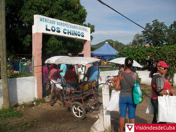 """Visita al Mercado Agropecuario Estatal """"Los Chinos"""" en la ciudad de Holguín. La poca oferta y los altos precios ganan protagonismo en las tarimas. VDC FOTO/Luis Ernesto Ruiz Martínez."""