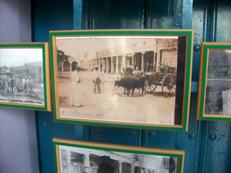 Julio Méndez, Presidente de la UNEAC en Holguín, ofrece pinceladas de la historia local al amigo Jorge Wejebe, de visita en la ciudad. Se empeña en afirmar que esta foto es de la primera turista que visitó la ciudad. 3 de noviembre de 2015. VDC FOTO/Luis Ernesto Ruiz Martínez.