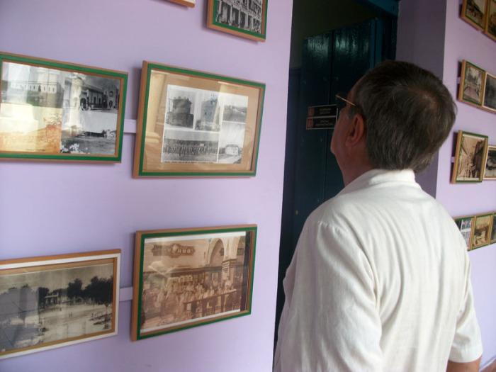 Jorge Wejebe, de visita en la ciudad, observa curioso imágenes que muestran parte de la historia de Holguín. 3 de noviembre de 2015. VDC FOTO/Luis Ernesto Ruiz Martínez.