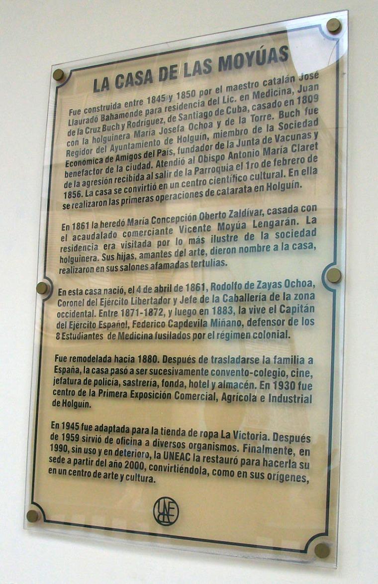Placa que describe parte de la historia del edificio donde está ubicada la Sede de la UNEAC en Holguín. 3 de noviembre de 2015. VDC FOTO/Luis Ernesto Ruiz Martínez.