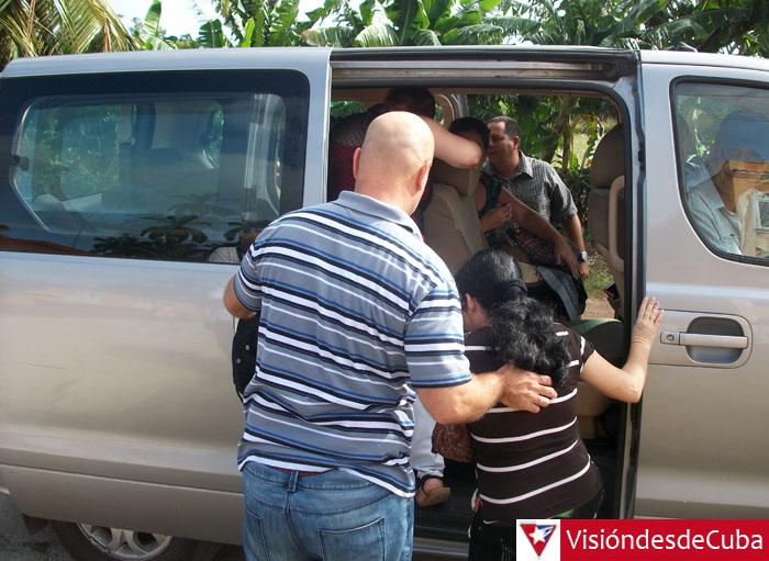 """Gerardo Hernández detiene el auto en que viajaba hacia Chorro de Maíta (Banes) para """"dar botella"""" a dos mujeres y un bebé. VDC FOTO/Luis Ernesto Ruiz Martínez."""