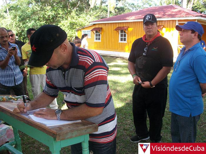 Gerardo Hernández, Fernando González y Ramón Labañino firmaron el Libro de visitantes en el histórico poblado de Birán, tierra natal de Fidel y Raúl. VDC FOTO/Luis Ernesto Ruiz Martínez.
