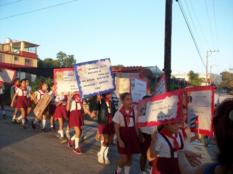 Desfile martiano en Holguín. Foto: Luis Ernesto/Visión desde Cuba.