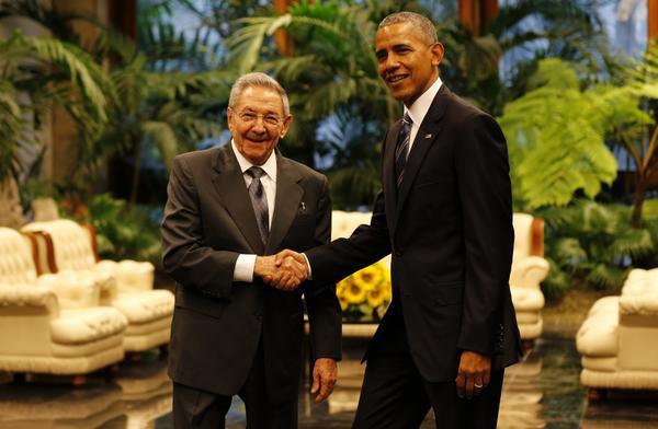 El General de Ejército Raúl Castro Ruz (I), Presidente de los Consejos de Estado y de Ministros de Cuba, y su homólogo estadounidense Barack Obama (D), minutos antes de las conversaciones oficiales en el Palacio de la Revolución, en La Habana, el 21 de marzo de 2016. ACN FOTO/Ismael Francisco GONZÁLEZ ARCEO.