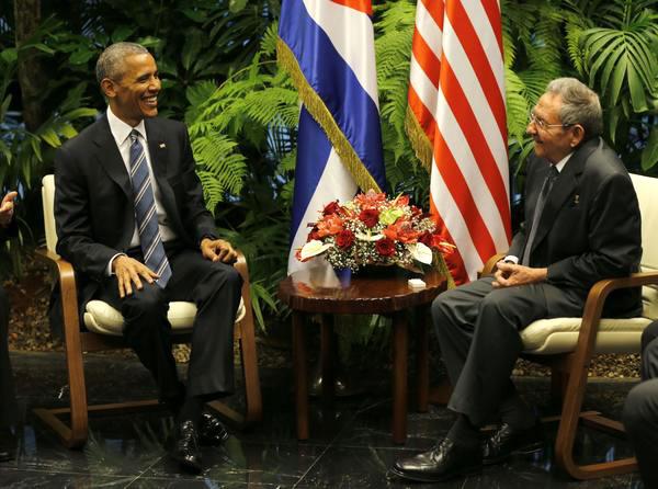 El General de Ejército Raúl Castro Ruz (D), Presidente de los Consejos de Estado y de Ministros de Cuba, y su homólogo estadounidense Barack Obama (I), sostienen conversaciones en el Palacio de la Revolución, en La Habana, el 21 de marzo de 2016. ACN FOTO/Ismael Francisco GONZÁLEZ ARCEO.