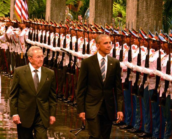 El General de Ejército Raúl Castro Ruz (I), Presidente de los Consejos de Estado y de Ministros, y Barak Obama (C der.), Presidente de los Estados Unidos de América, durante la ceremonia de recibimiento oficial al mandatario estadounidense en el Palacio de la Revolución, en La Habana, Cuba, el 21 de marzo de 2016. ACN FOTO/Rodolfo BLANCO CUÉ.